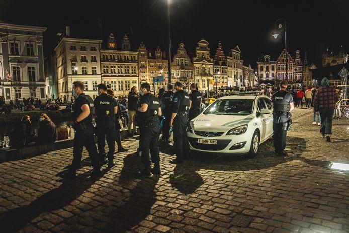 Het sluiten van de terrassen om 22 uur in Gent lokte de afgelopen week al veel mensen naar de Graslei.