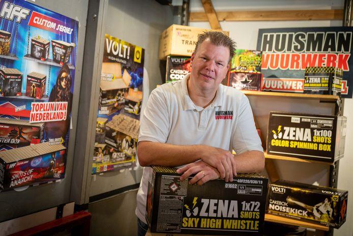Erwin de Roo temidden van dozen met vuurwerk. Foto: Erik van 't Hullenaar.