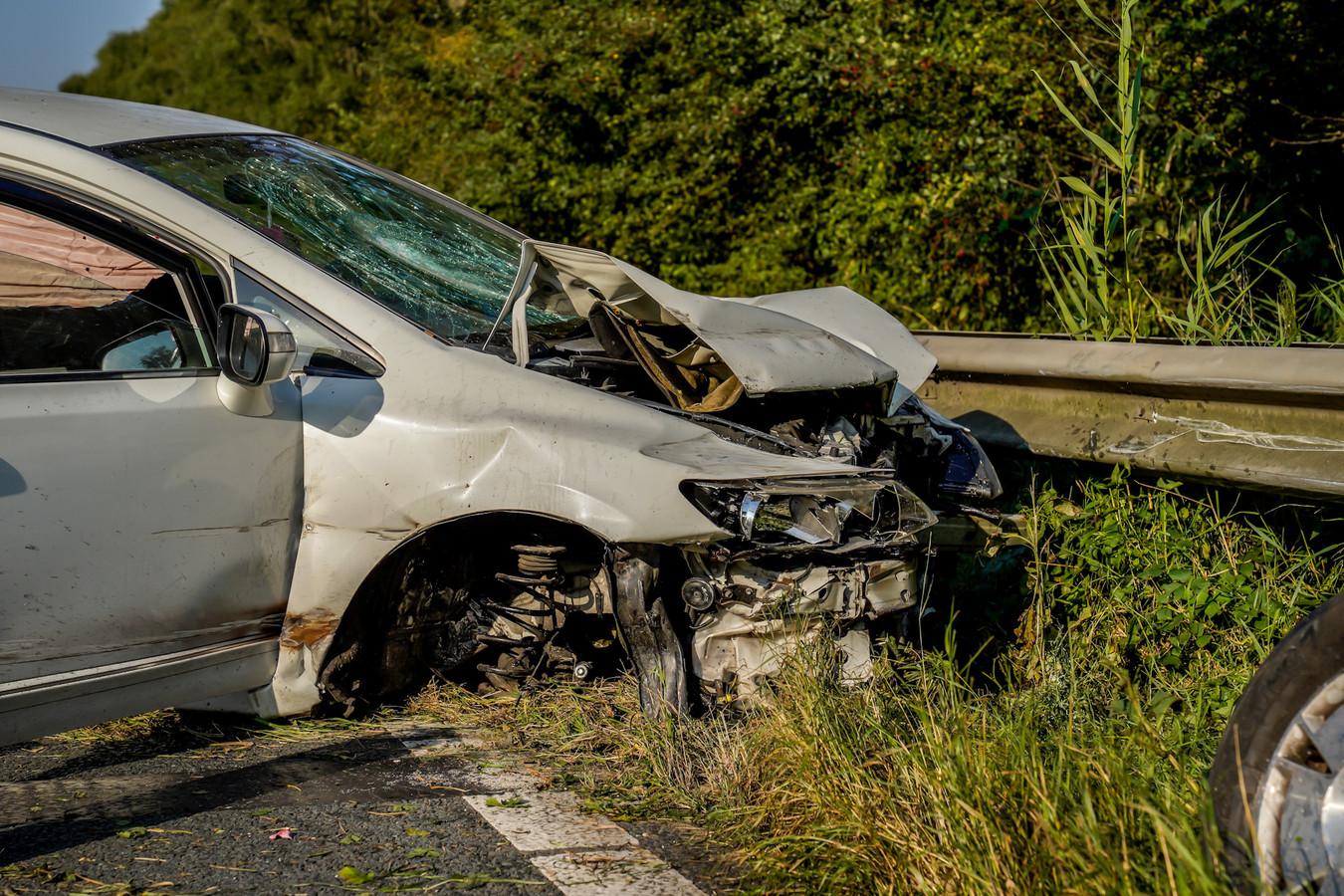 Auto tegen vangrail na ongeluk op A27