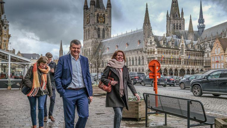 Minister Somers werd op sleeptouw genomen door burgemeester Emmily Talpe door de historische stad.