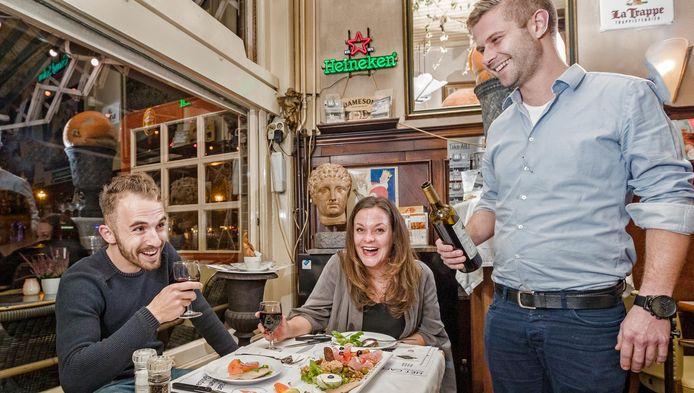 Weken na terugkomst van een reis naar Antarctica ontmoeten Rik van der Ven (28) en Nicole van den Bosch (26) elkaar weer tijdens een dinertje in Central aan de Markt in Gouda.