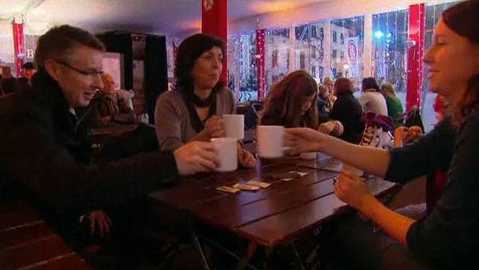 Joëlle Milquet, Martin Heylen (journaliste de la VRT) et Emilie Rossion (attachée de presse francophone) trinquent aux Plaisirs d'Hiver.