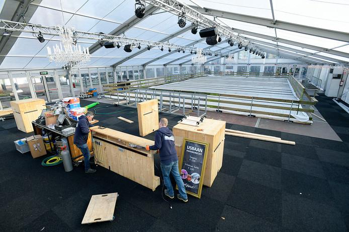De ijsbaan wordt weer opgebouwd op de Markt.