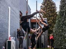 Lesje paaldansen in de buitenlucht: 'Het geeft een beetje een circusgevoel'