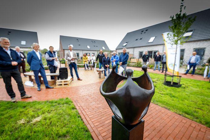 Het door Corry Ammerlaan-Van Niekerk gemaakte kunstwerk verbeeldt de noaberschap in de Kloosterhof.