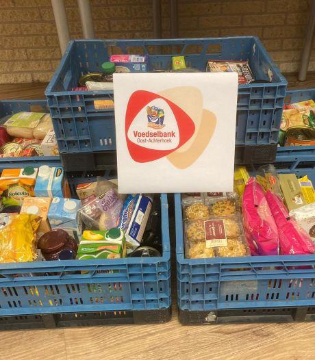 School schenkt tientallen kratten met eten én 350 kerstpakketten aan voedselbank