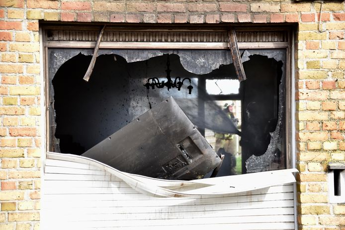 De benedenverdieping van de rijwoning langs de Veurnseweg in Brielen (Ieper) brandde helemaal uit.