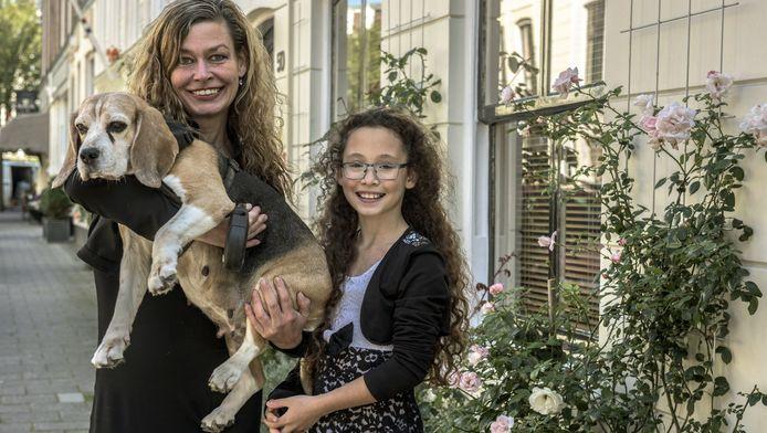 Moeder Anja, dochter Summer en beagle Maya zijn bij elkaar dankzij Blijf van mijn Dier.