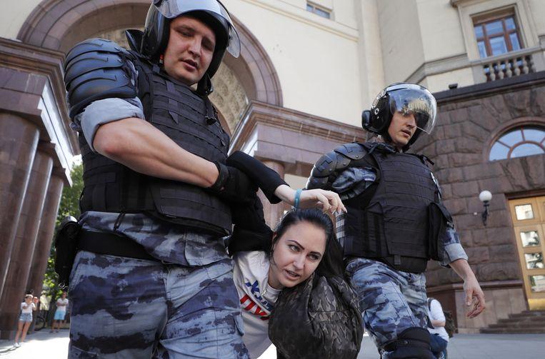 Een demonstrant wordt zaterdag in Moskou gearresteerd. Beeld EPA