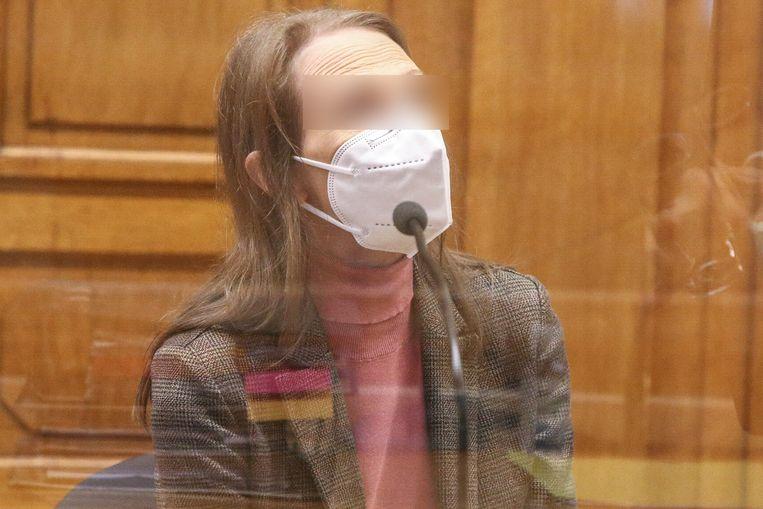Alinda V.d.C in het Leuvense hof van assisen. Ze wordt beschuldigd van de 29 jaar oude moord op haar grootoom Jules Bogaerts (81) en groottante Jeanne Jacobs (78) in Tienen.  Beeld Photo News