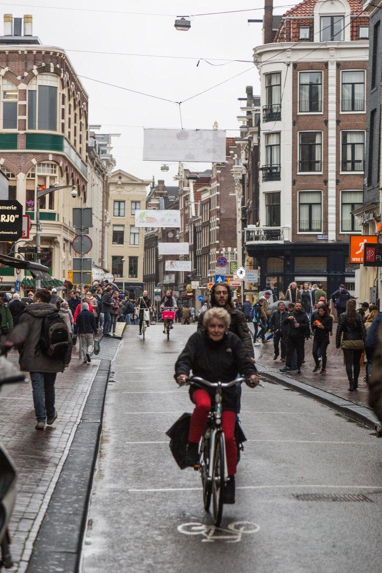 De Damstraat op een van de zeer schaarse momenten dat fietsers en voetgangers elkaar er niet in de weg zitten Beeld Tammy Van Nerum