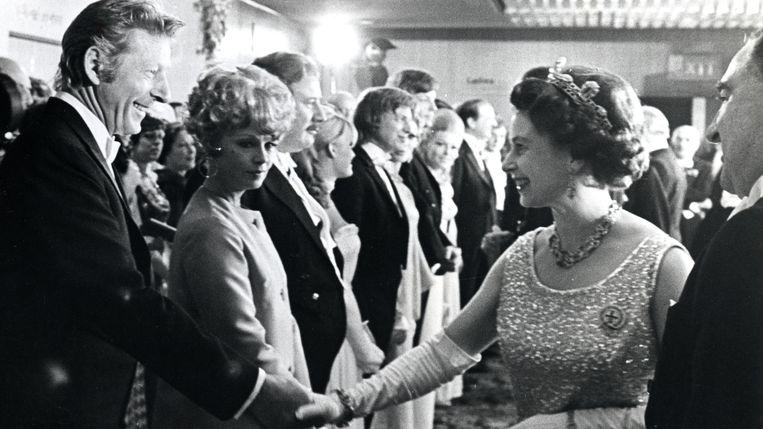 Queen Elizabeth in 1968, handen schuddend met Danny Kaye. Beeld Public Domain