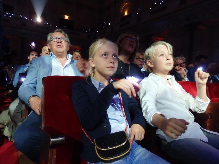 Phileine en Youp, de kinderen van broer Michael, met de witte lampjes voor oma Annie Beeld Hans van der Beek