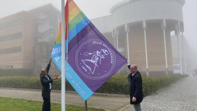 Schiedam hijst voor het eerst de eigen regenboogvlag