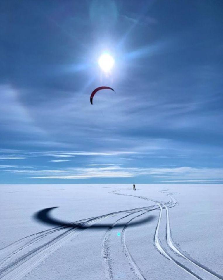 De avonturiers ondernamen de tocht met kites. Beeld Polar Experience