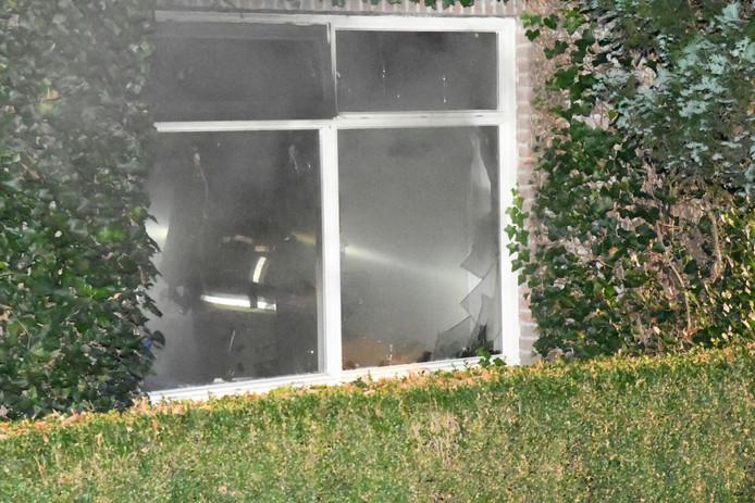 De brandweer moest ruiten doorbreken om naar binnen te kunnen