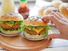 Wat Eten We Vandaag: Kipburgers met pittige kaasvulling