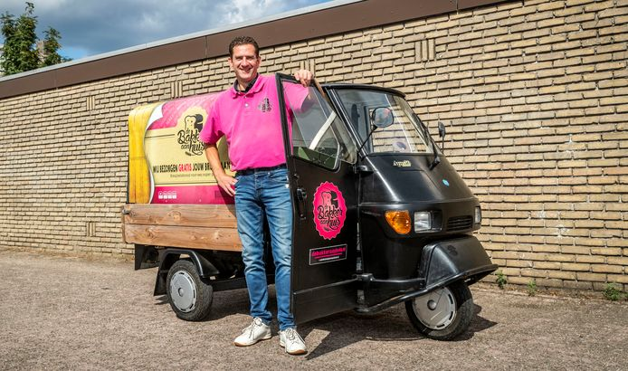 Remy van Tintelen gaat bij de mensen thuis langs met zijn broodwagen.