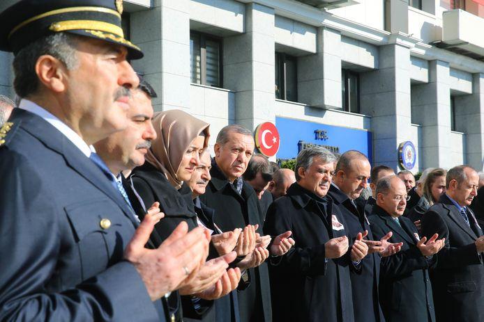 De minister van Familiezaken Fatma Betul Sayan Kaya (derde van links) tijdens een bijeenkomst in Istanboel.