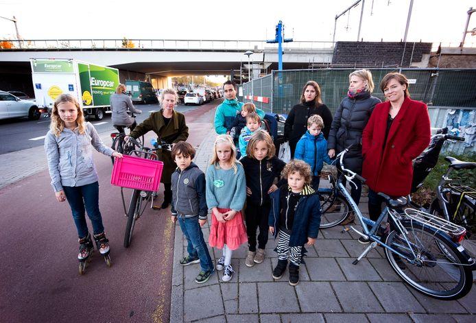 Bewoners van de Schepenbuurt zijn boos dat het fietspad onder het nieuwe spoorwegviaduct nog steeds dicht is en het is de vraag of die in de toekomst ooit nog open gaat.