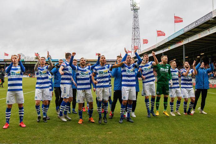 De Graafschap-spelers vieren feest na zijn laatste wedstrijd tegen Go Ahead Eagles (1-2 zege).