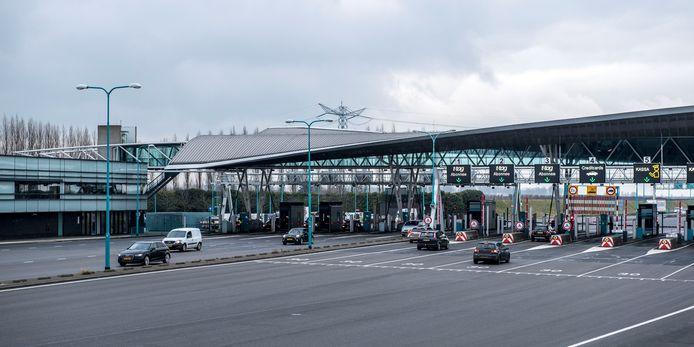 Het tolplein van de Westerscheldetunnel bij Borssele. Als de tolpoortjes volgend jaar verdwijnen, kost dat 340 miljoen euro