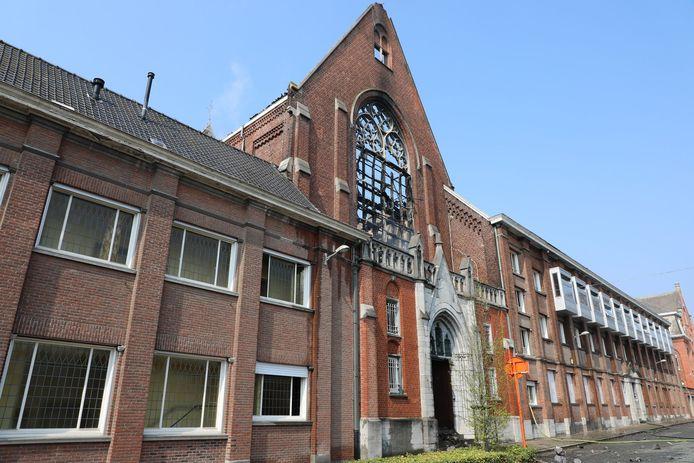 Desolate aanblik na de bluswerken: de uitgebrande kapel van de Zusters van Liefde Heule, langs de Mellestraat.