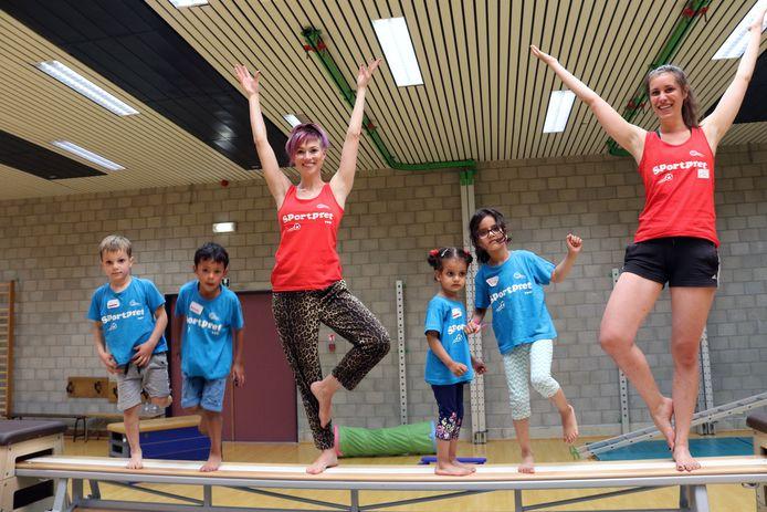 Erika Van Tielen en Siel Van Eekert tijdens de sessie kinderyoga.