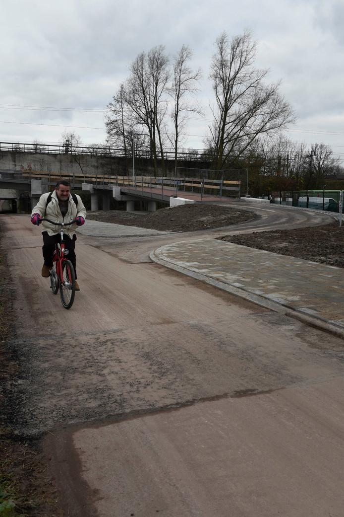 De nieuwe fietsbrug onder het Vinkje is zo goed als af.
