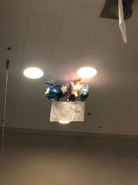Heliumballonnen zorgen ervoor dat actiedoeken hoog in de nok hangen