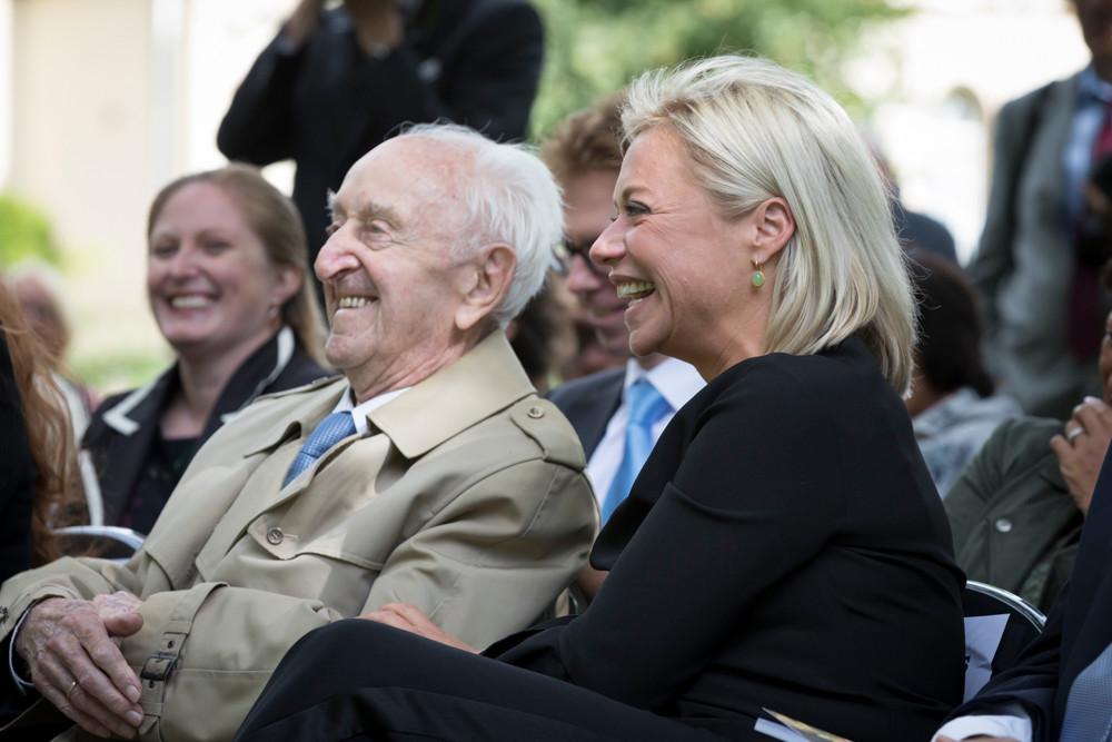 Willem Punt geniet van een toespraak op Bronbeek, in gezelschap van oud-minister van Defensie Jeanine Hennis-Plasschaert.