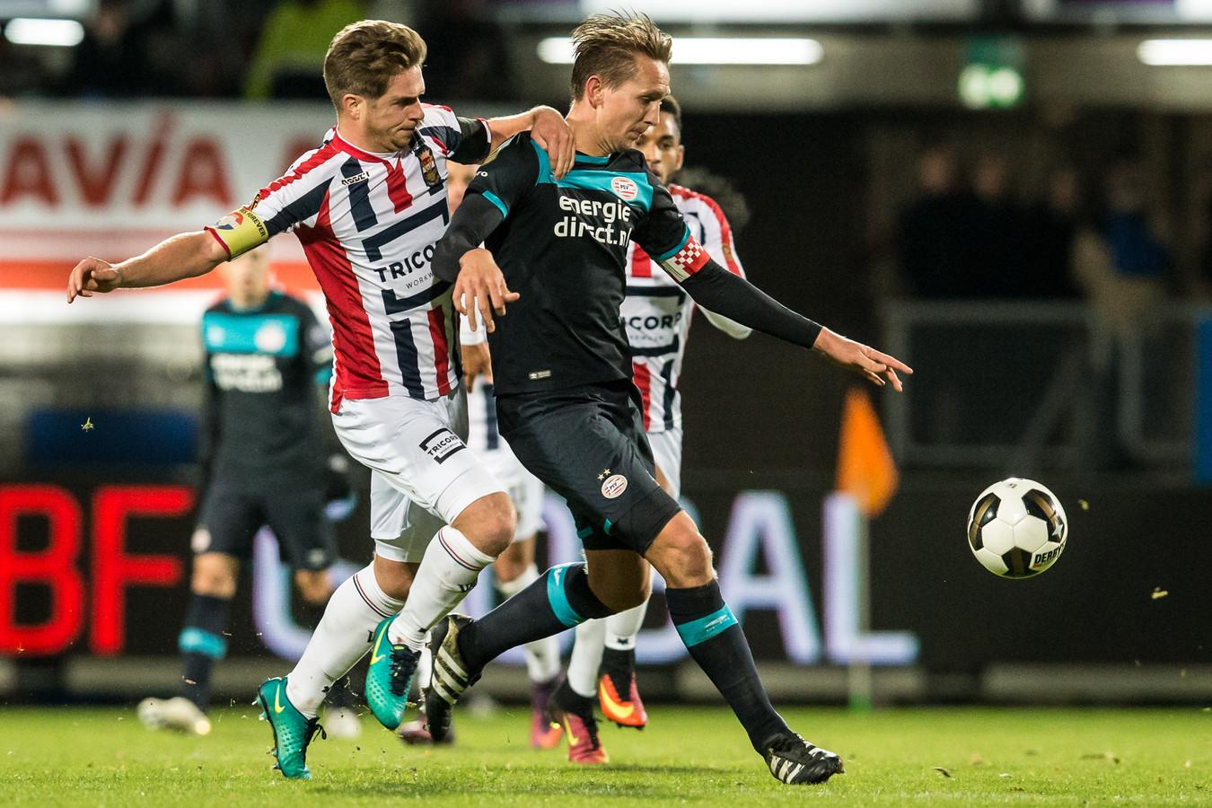 Peters in duel met PSV-spits Luuk de Jong.