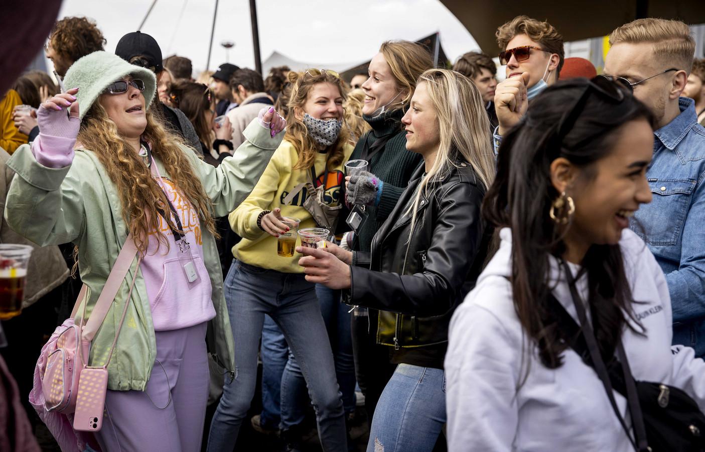 Bezoekers van het dancefestival in Biddinghuizen.