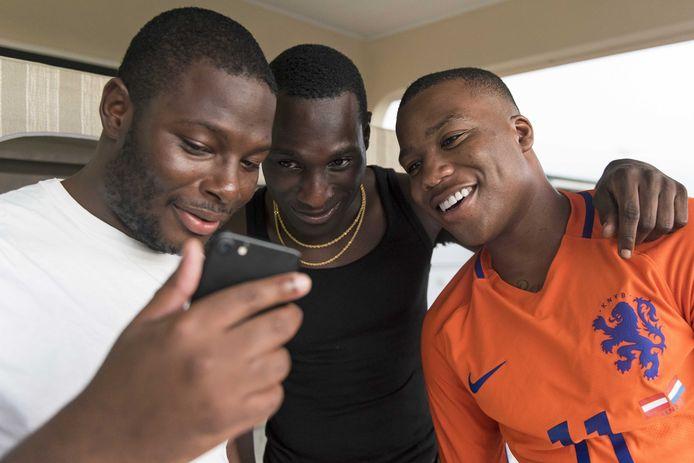 De mannen van de Haagse rapgroep Strictly Family Business (SFB) die in Suriname worden beschuldigd van seks met een minderjarige en het verspreiden van een seksfilmpje, zijn vrij. ANP PIETER VAN MAELE