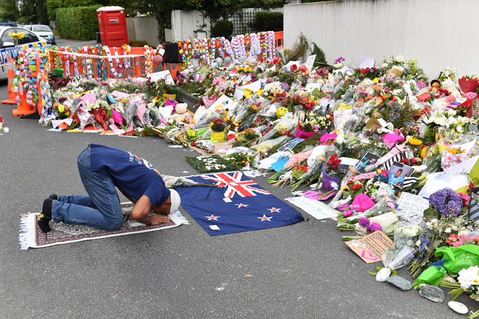 Een man bidt bij een herdenkingsplaats bij de Al Noor moskee in Christchurch, kort na de aanslagen op 15 maart.