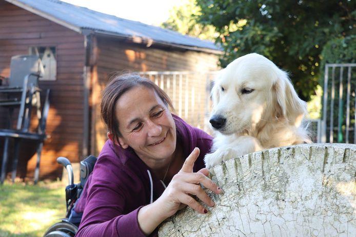 Krisje Peeters en haar assistentiehond Rubi, die begin oktober overleed.