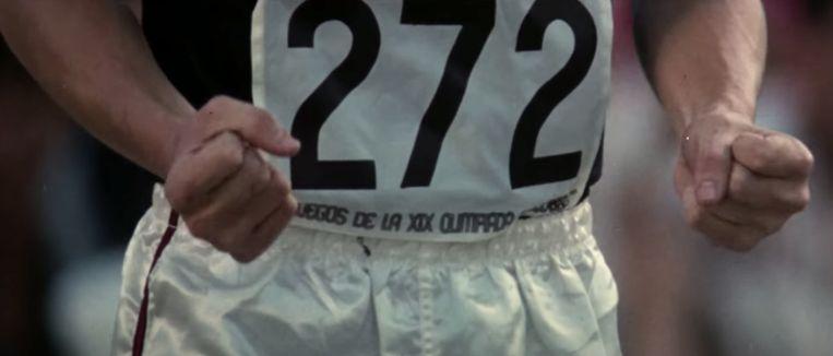De Amerikaan Dick Fosbury sprong voor het eerst ruggelings een olympisch hoogspringrecord in Mexico, 1968. Beeld
