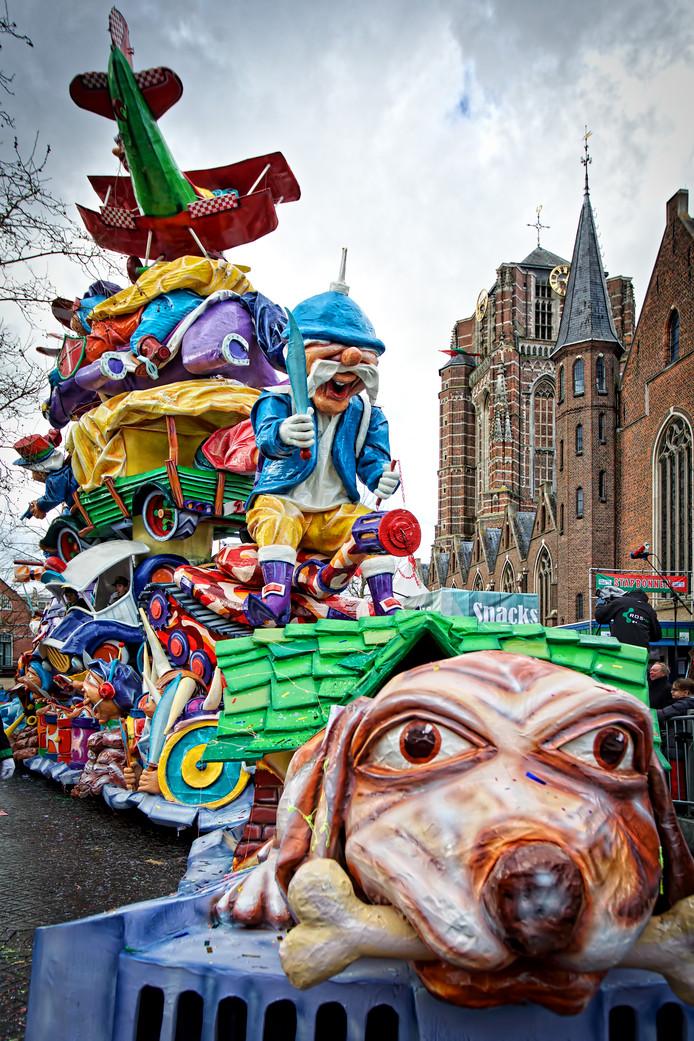 CV De Pierewaaiers arriveert op de markt met hun wagen.