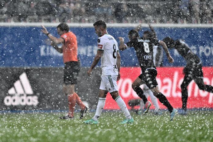 Een hevige hagelbui onderbrak de wedstrijd even.