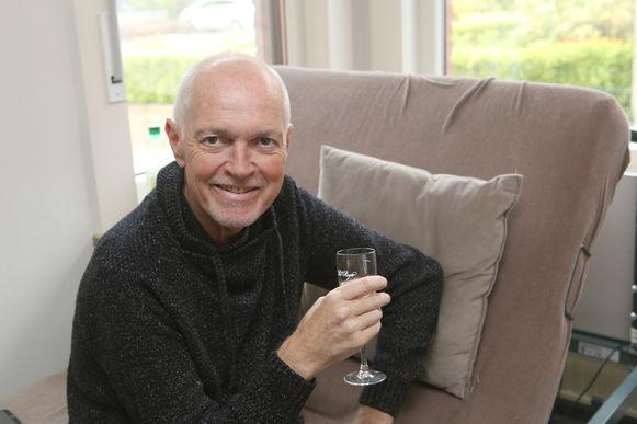 Erwin Van Dessel heft het glas nog even op het leven.