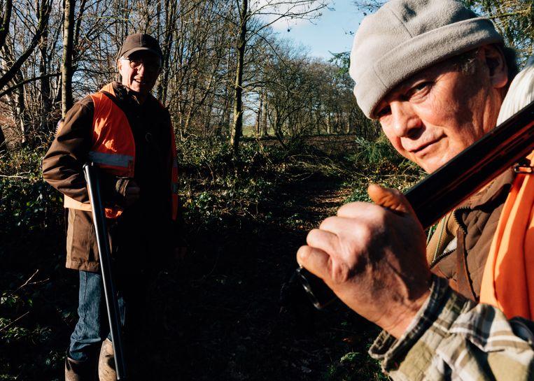 De jachtvrienden Francis Lepicard (69) en Daniel Vestu (65) trekken door het Normandische platteland. Volgens het duo wordt er een 'haatcampagne' tegen de jacht gevoerd, vooral door politici van de groene partij. Beeld Rebecca Fertinel