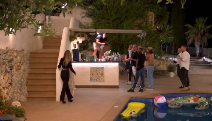Aylin komt de villa binnen in 'Temptation Island: Love or Leave'.