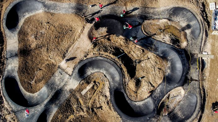 De aanleg van de fietscrossbaan op Vakantiepark Eiland van Maurik.