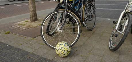 Maaltijdbezorger valt over bal van spelend kind in Breda en raakt gewond