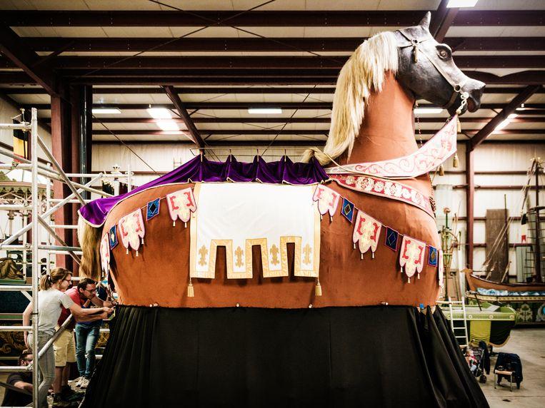 Het Ros Beiaard. Zijn haar is echt paardenhaar. Zo'n 35 pony's moesten hun manen afstaan voor de staart.  Beeld Geert Braekers