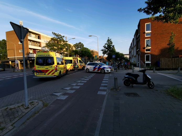 Op de Churchillweg met de Vergersweg in Wageningen is een scooterrijder aangereden door een personenauto.