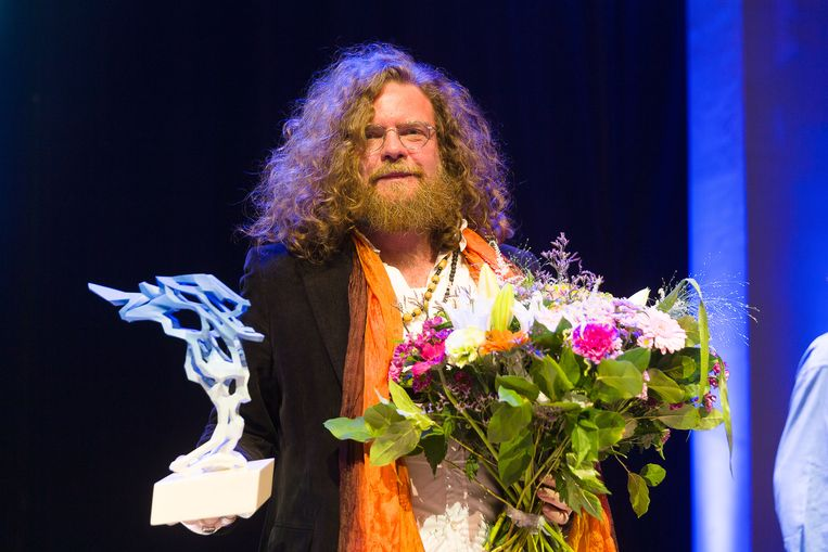 Auteur Jeroen Olyslaegers won eerder dit jaar de uitreiking van de Fintro Literatuurprijs (voorheen Gouden Uil) in België. Vandaag komt daar de Tzum-prijs bij. Beeld BELGA