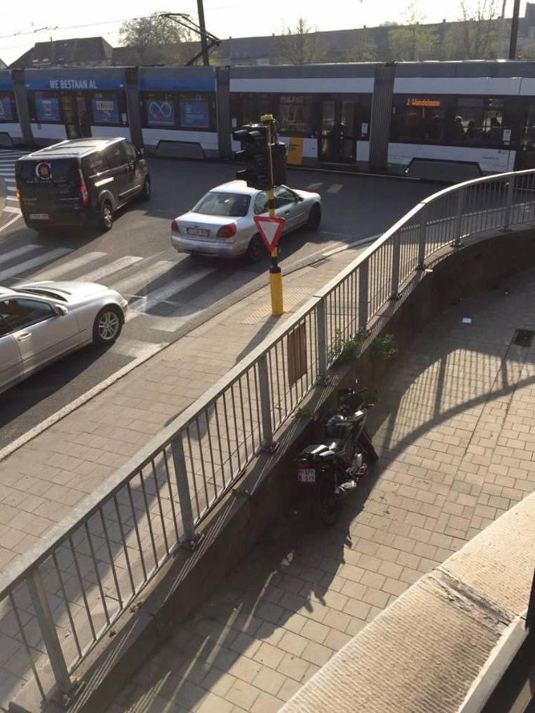 Groen licht voor de tram en de auto's tegelijk aan de Nieuwevaart.