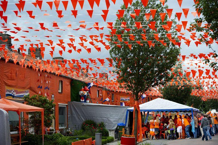 Nederlandse supporters in de Oranjestraat (Irenestraat) in Goirle. Beeld ANP