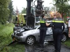 Kraanwagen hijst auto mét inzittenden uit sloot in Nijkerk: ze zaten klem en dreigden te verdrinken